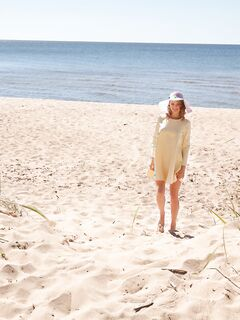 Девушка в платье без белья оголяется на пляже
