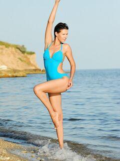 Красивая модель эротично сняла купальник на пляже