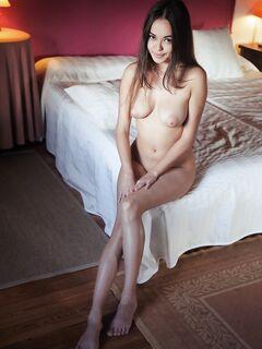 Голенькая азиатка с красивой грудью на кровати