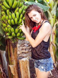 Красотка без лифчика сняла шортики в банановом саду