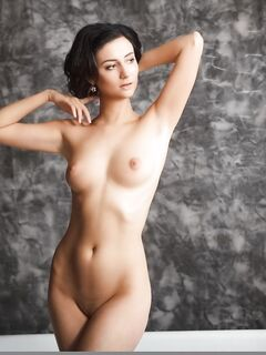 Голая модель с бритой киской позирует в ванной