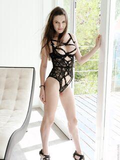 Девка в эротичном нижнем белье с вырезом для груди