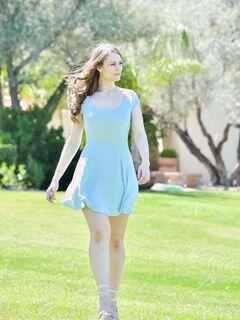 Девушка позирует в разных платьях без трусиков