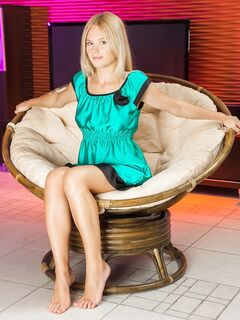 Голая блондинка показала письку и сиськи в кресле