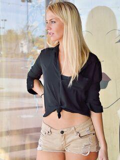 Блондинка показала голую попу и киску