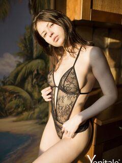 Девушка с острой грудью и упругой попкой