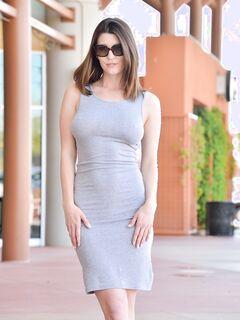 Голая девушка в обтягивающем платье