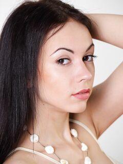 Голая девушка с длинными ногами и волосами