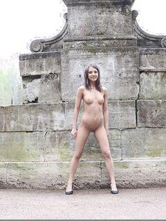 Симпатичная девушка гуляет голая по парку