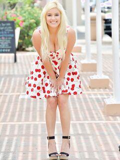 Белобрысая девушка в платье без трусов на улице