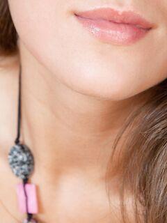 Девушка в чулках показала попку и киску раком