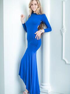 Сексуальная девка с красивой грудью сняла платье