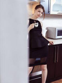 Молодая секретарша разделась на кухне