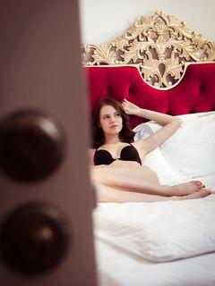Голая девушка показала попку раком в постели