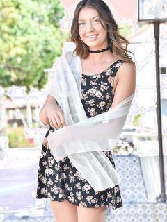 Стройная шатенка снимает коротенькое платье