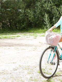 Русская подруга сняла шорты после катания на велике