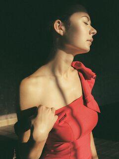 Девушка сняла красное платье