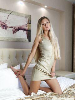 Длинноволосая блондинка без трусиков в постели