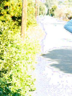 Прогулка голенькой девушки в кедах на улице