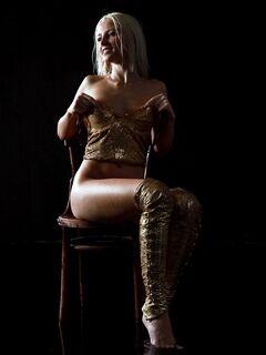 Белокурая девица в корсете с голенькой попочкой