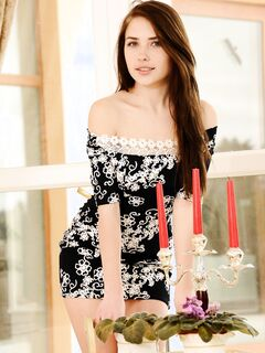 Девушка на каблуках снимает платье и позирует