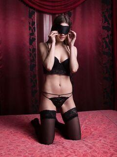 Игривая девушка в чулках показывает голое тело