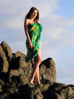 Обнаженная девица раздвигает ноги на диком пляже