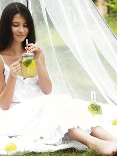 Симпатичная девица снимает белое платье на природе