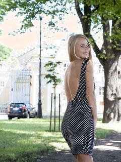 Симпатичная блондинка сняв платье показала задницу