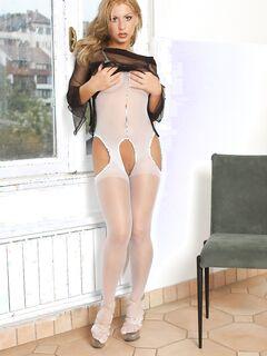Страстная девушка в костюме стриптизершы .
