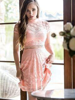 Симпатичная девушка сняла платье и трусы  и видео.