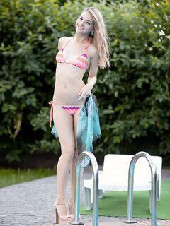 Блондинка с упругой попкой у бассейна .