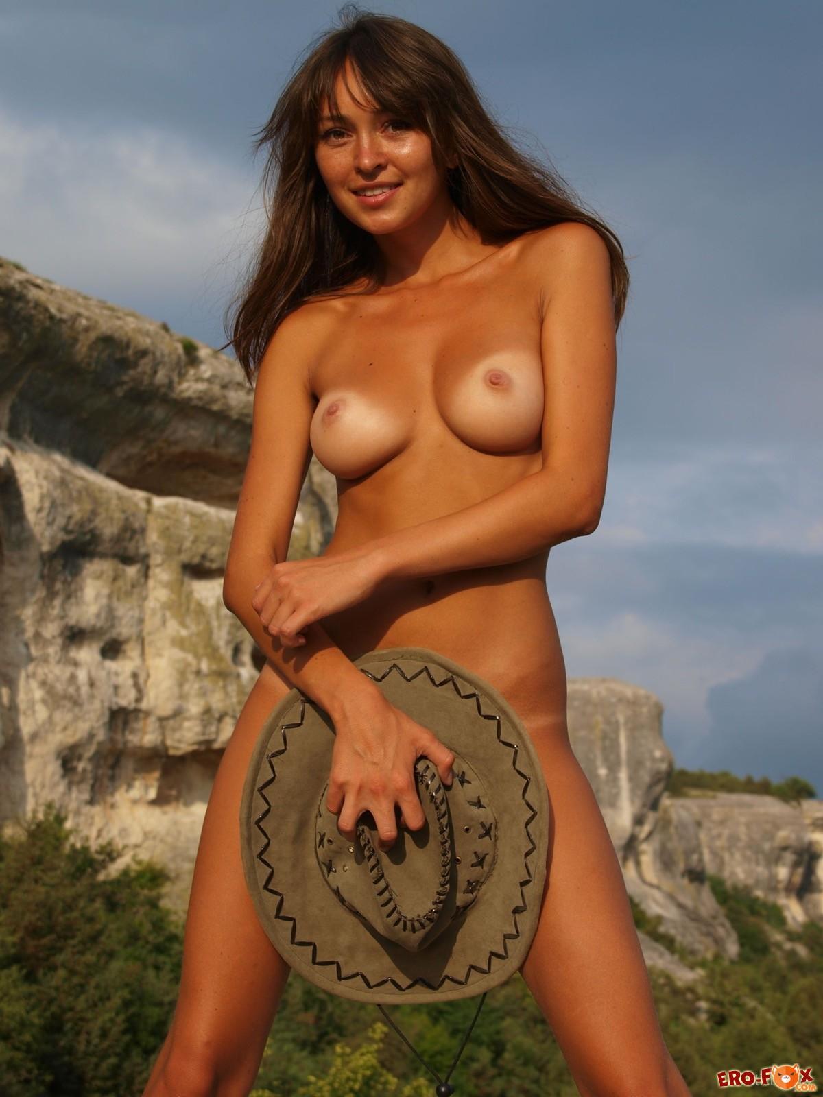 Загорелая девка в ковбойской шляпе разделась в горах