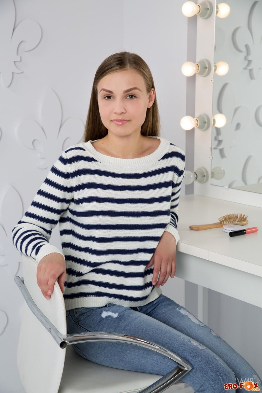 Девушка сняла джинсы и позирует голенькой у зеркала