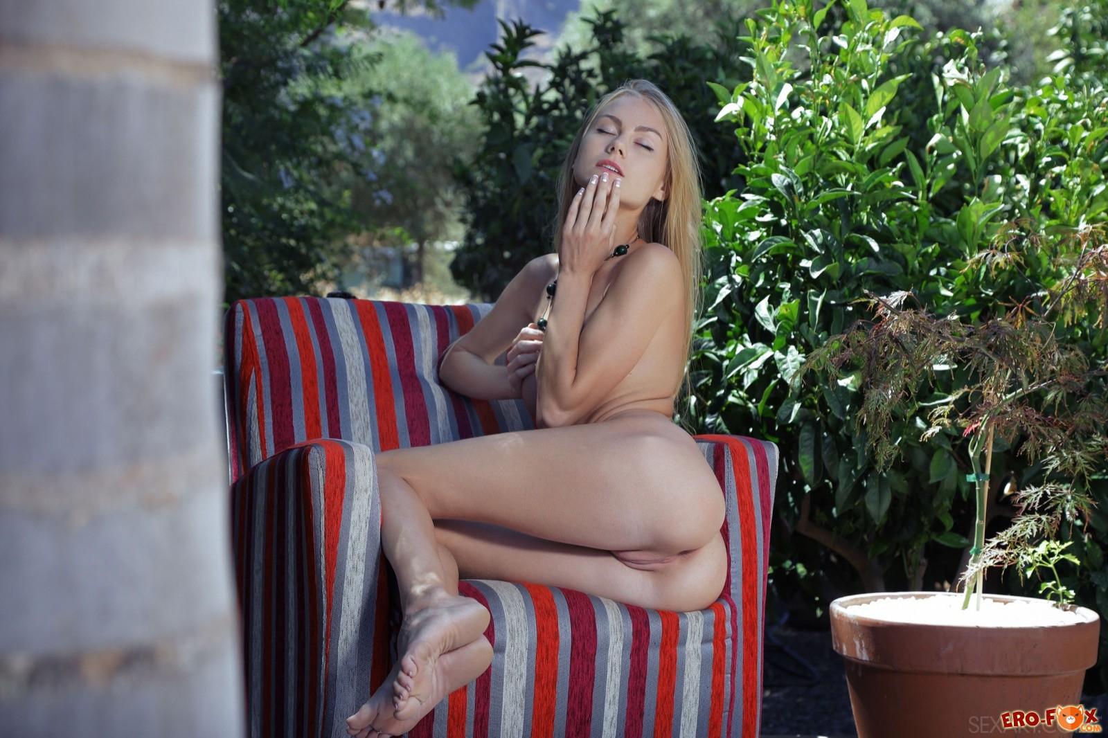 Длинноволосая блондинка эротично показала голое тело