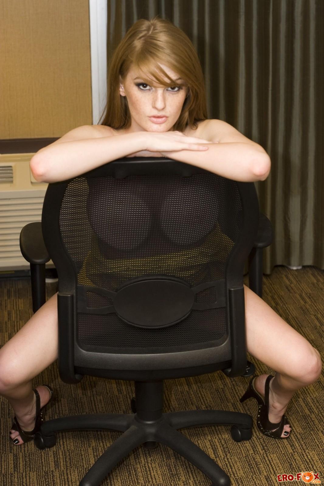 Секретарша в платье без трусиков разделась в офисе