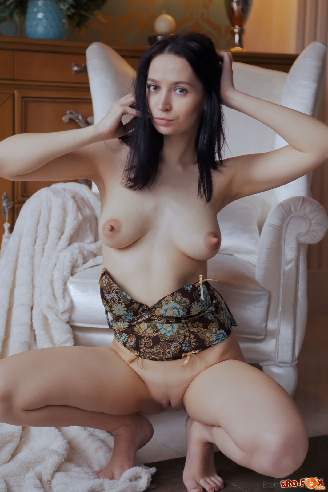 Торчащие соски на груди молодой девушки