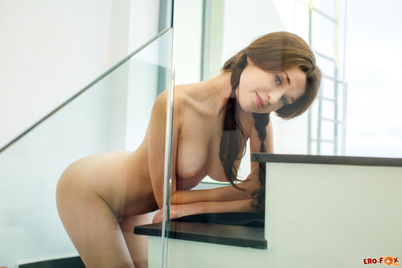 Шатенка с упругими дойками раздевается на лестнице