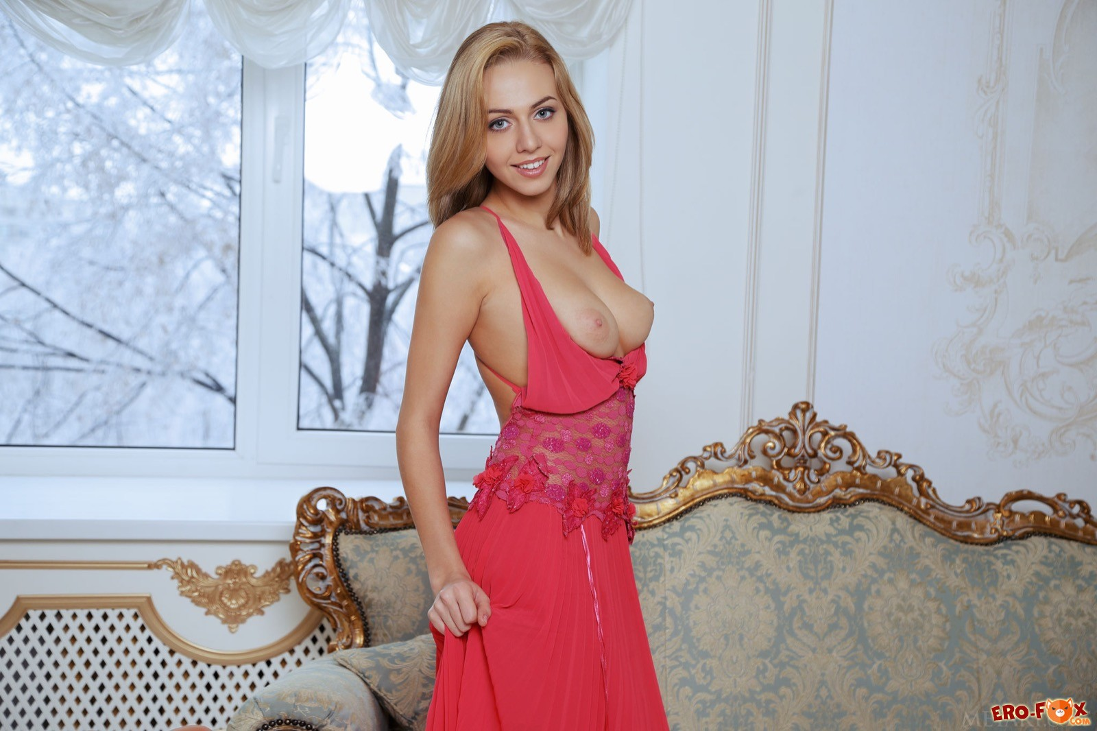Привлекательная красотка сняв платье показала попку