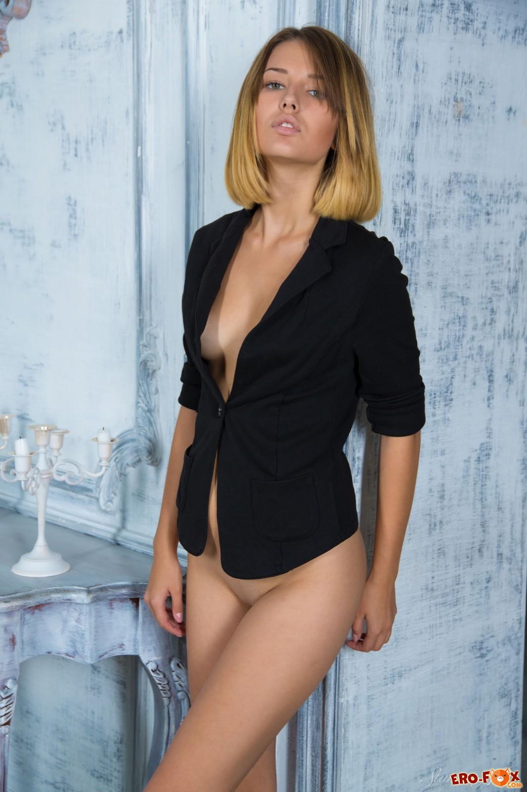 Сексуальная модель с маленькими сиськами