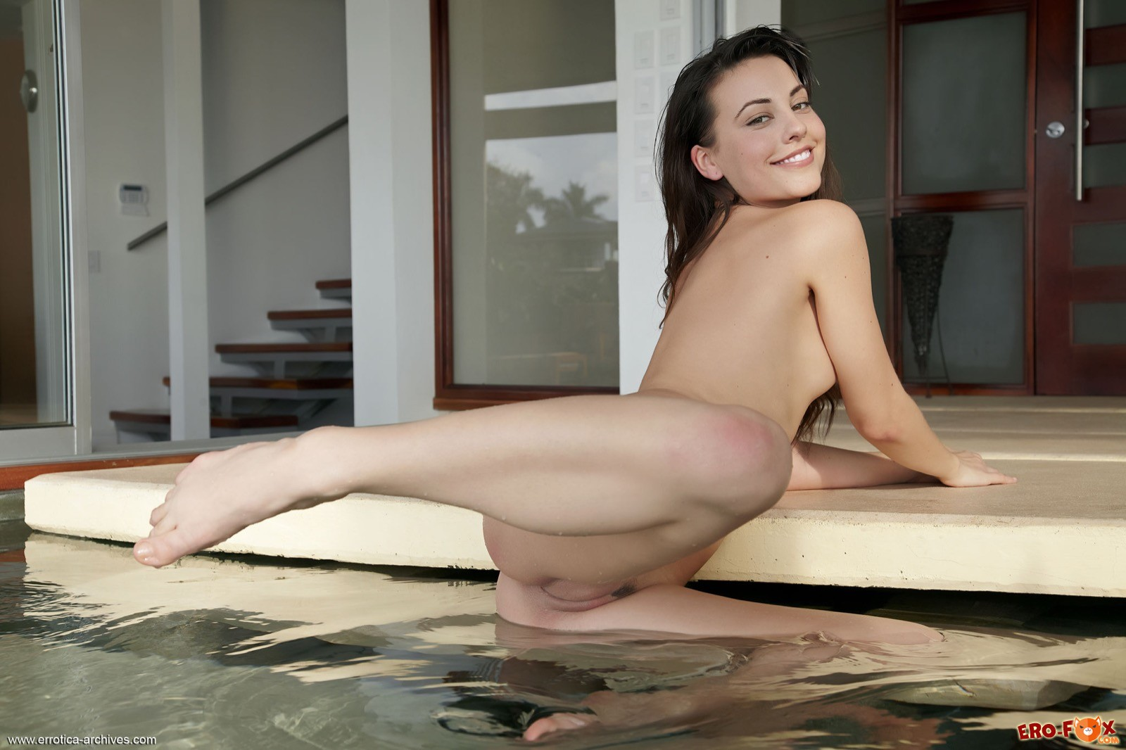 Высокая голая девушка встает раком у бассейна