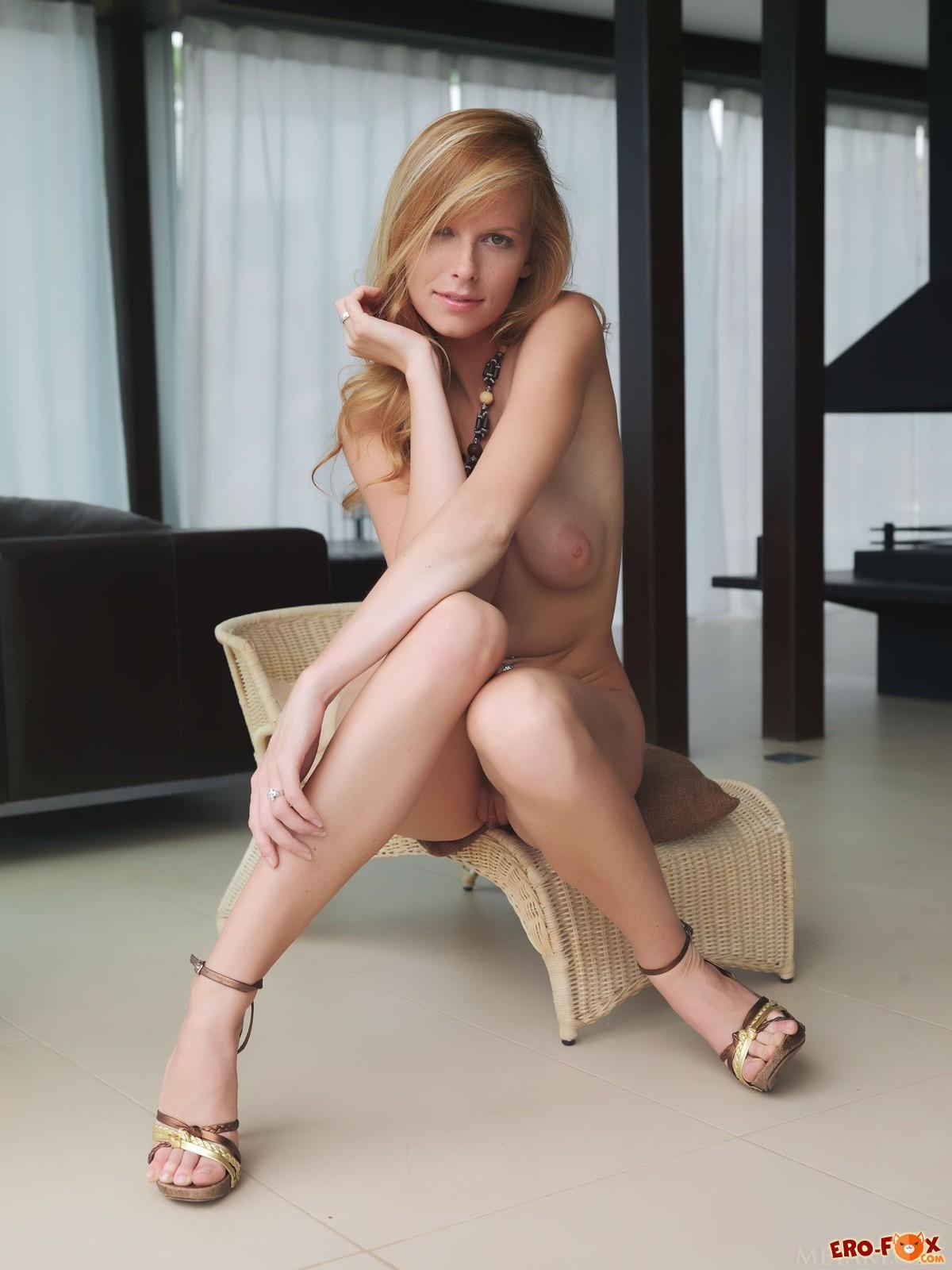 Девушка с висячими сиськами позирует голой в туфлях