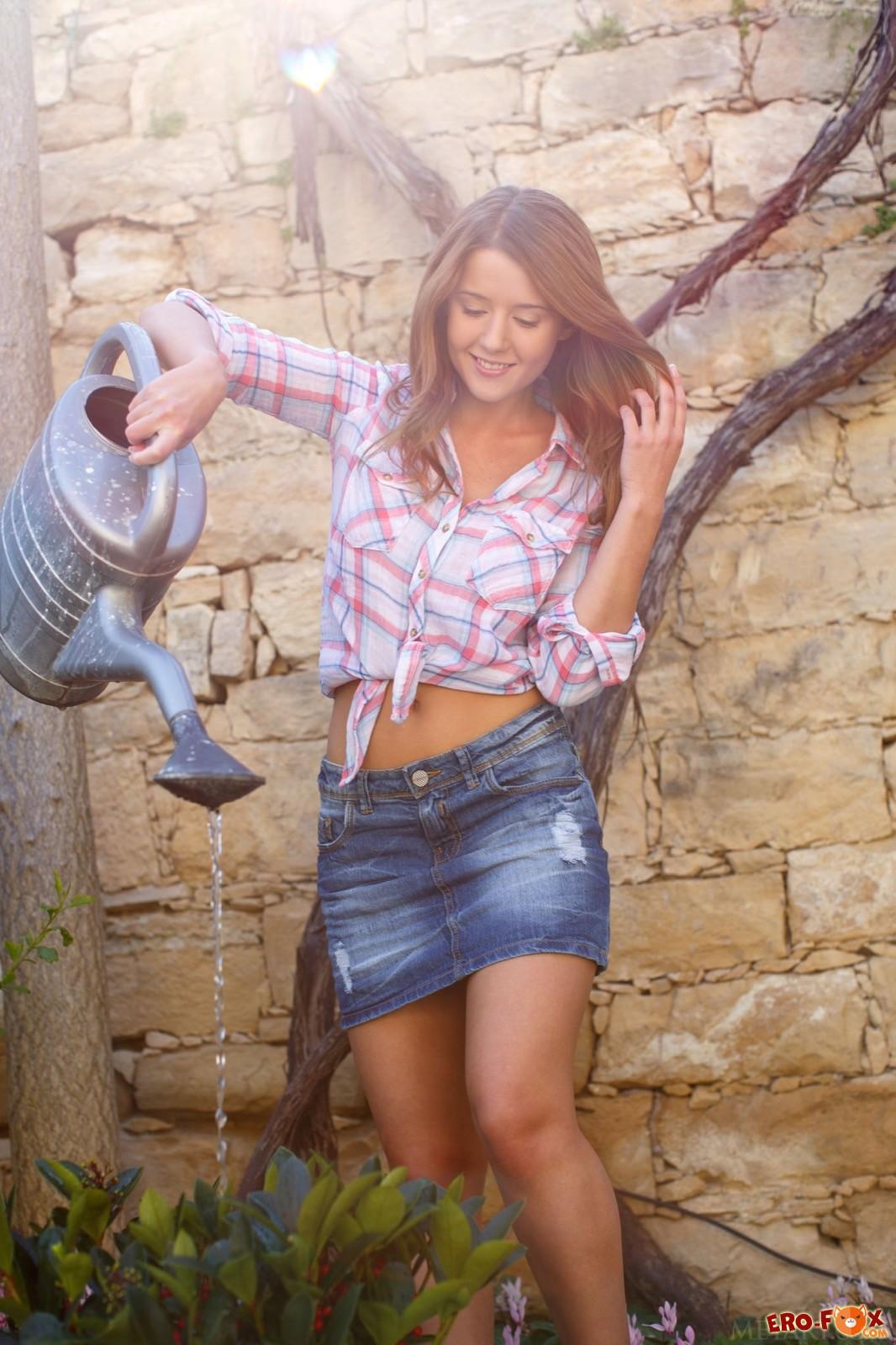 Красивая сельская девушка с сексуальным телом