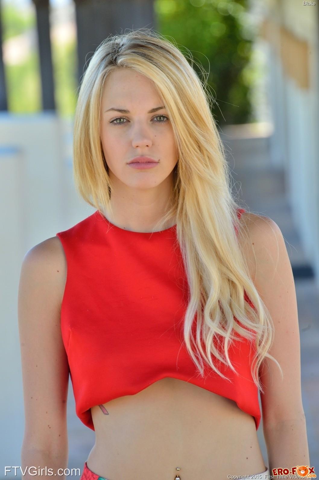 Блондинка в разных нарядах позирует на улице