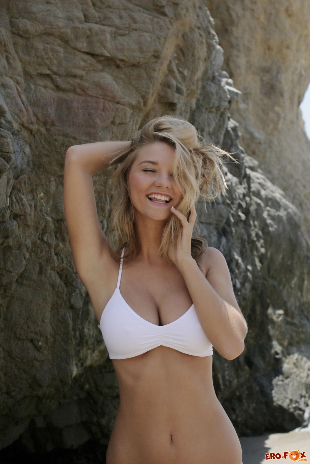 Красивая блондинка позирует на море и в бассейне