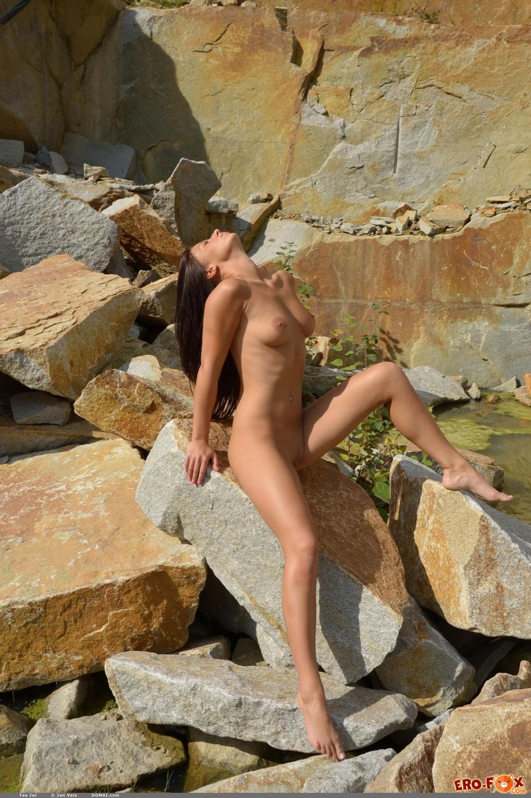Милашка с упругими дойками показала голенькое тело