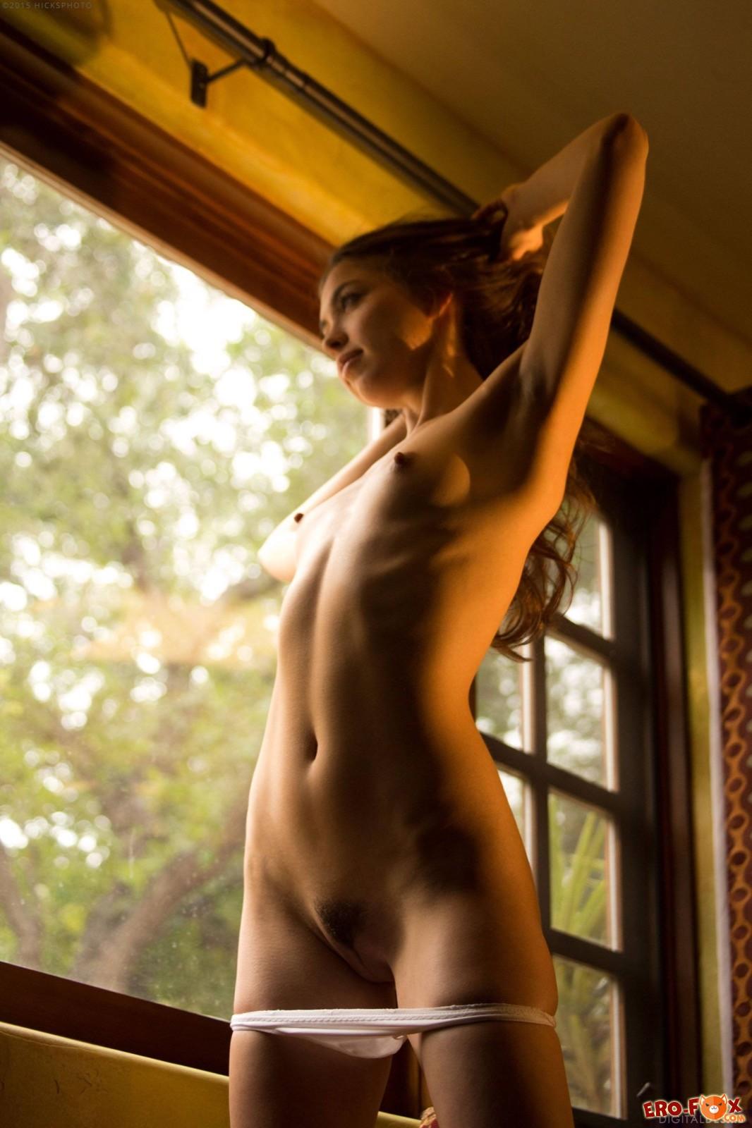 Торчащие сосочки на маленькой груди молодой девушки