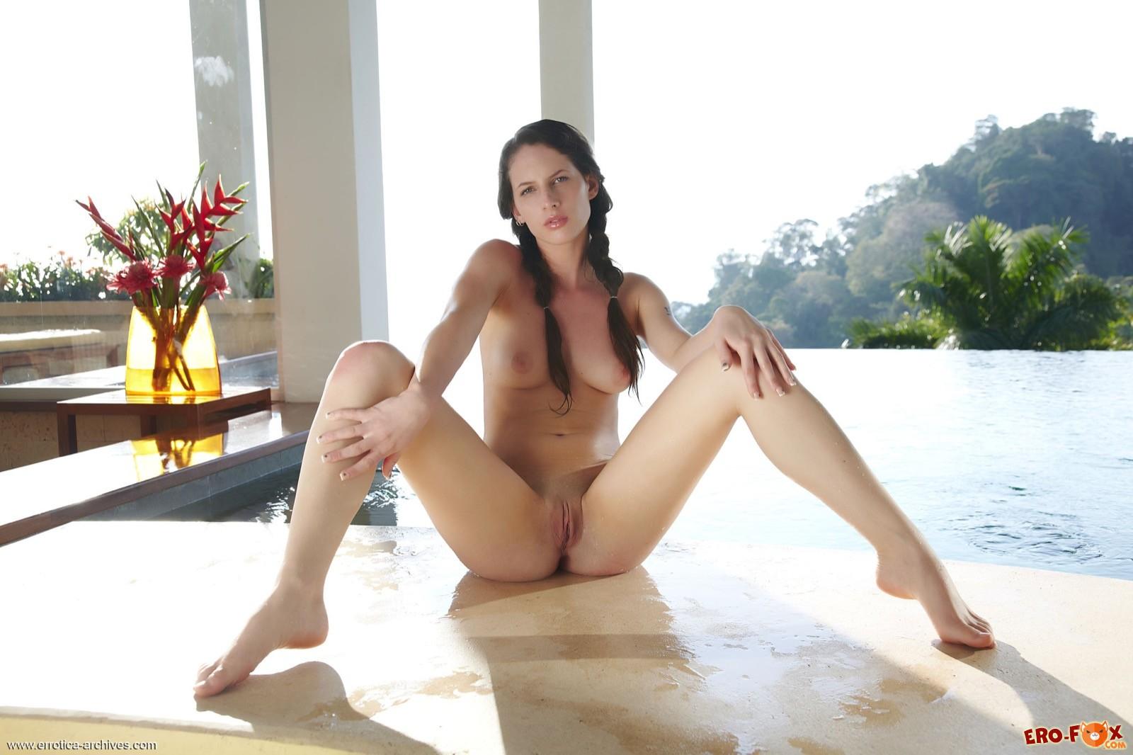 Девушка с косичками показала голое тело у бассейна