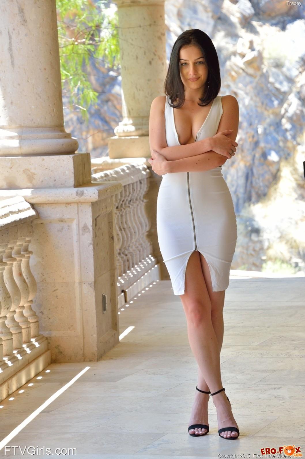 Привлекательная женщина в разных облегающих платьях