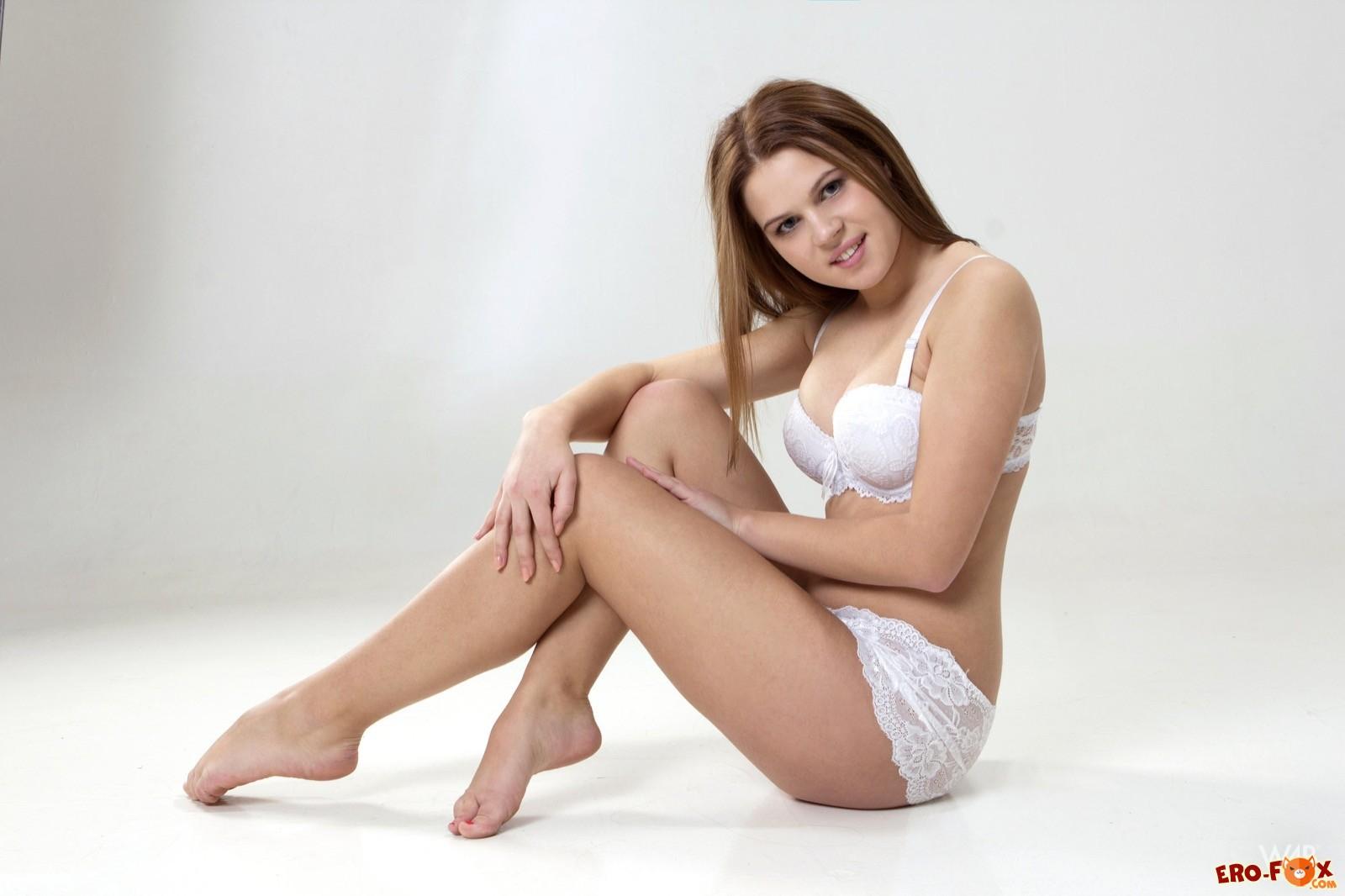 Красивая молодая модель позирует голой в фотостудии - эротика